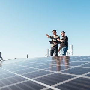 Fabian zeigt Solarpanels